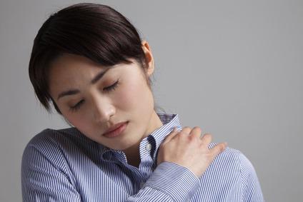 肩の痛みに悩む女性