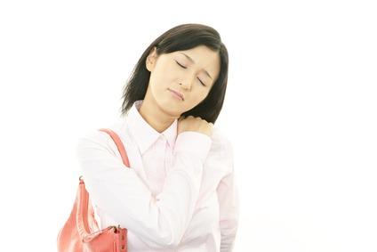 四十肩に悩む女性