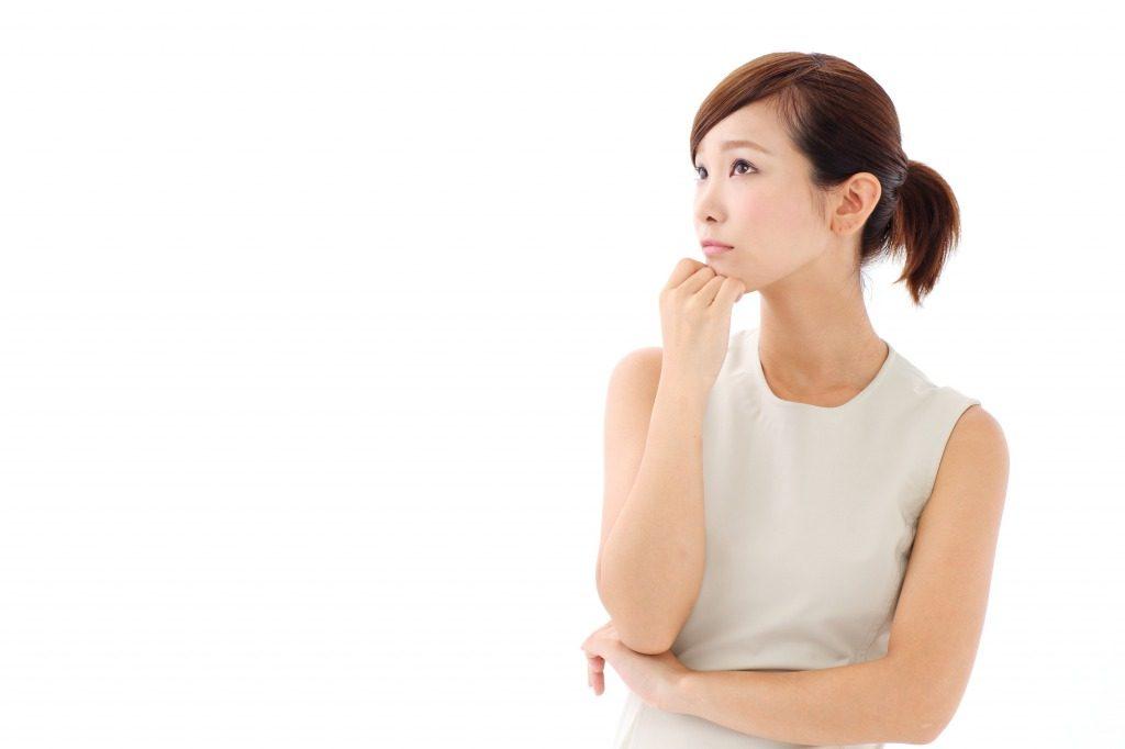 骨盤矯正の口コミを見て検討している女性