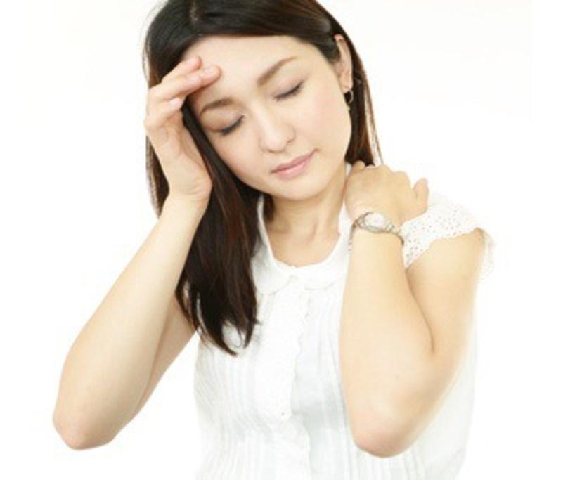 肩こり頭痛に悩む女性
